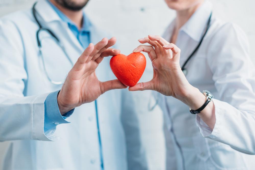רופאים מחזיקים לב