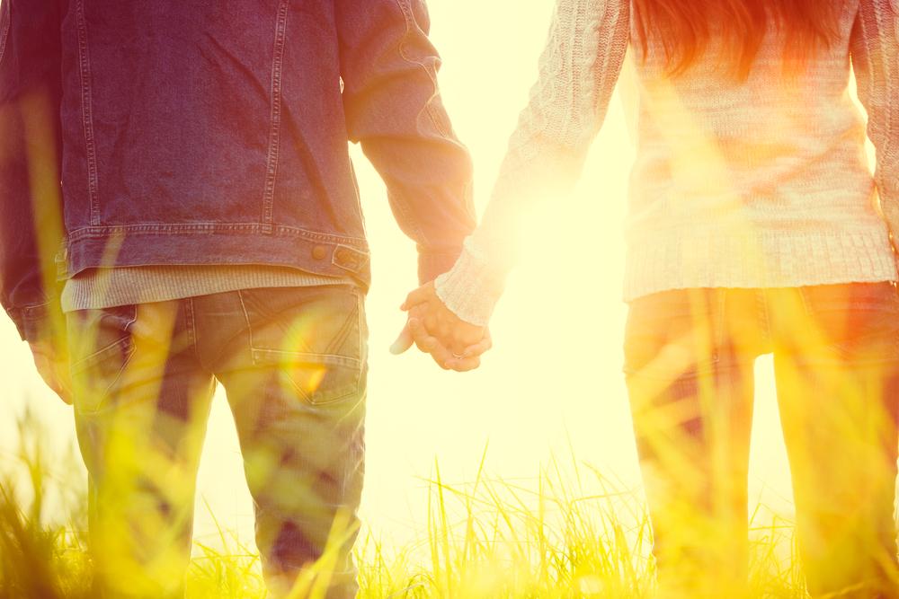 אוהבים ומחזיקים ידיים